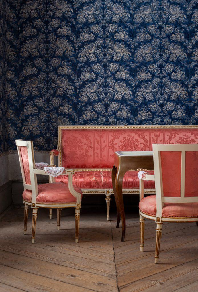 Fotograf Hedda Rabe fotograferar interiör i slott